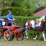 Martijn Verbeek samen met zijn groom Steven van Lierop maken er een feestje van met de Excellent MR44 koets.